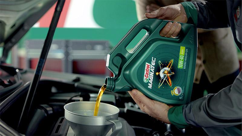 Olie die wordt bijgevuld in de motor